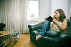 женщина чтения стула Стоковая Фотография