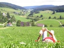 женщина чтения травы стоковые изображения rf