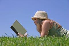 женщина чтения Стоковые Изображения