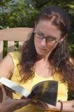 женщина чтения Стоковое Изображение