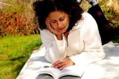 женщина чтения Стоковое Фото