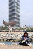 женщина чтения barcelona Стоковая Фотография