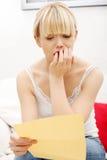женщина чтения s письма потревожилась Стоковое Фото