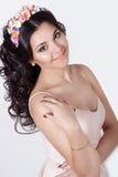 Женщина чувствительного элегантного красивого schaslivo усмехаясь с длинными черными волосами завивает с покрашенной оправой цвет Стоковая Фотография