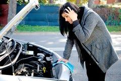 Женщина чувствуя отчаянный о сломленном автомобиле Стоковая Фотография RF