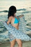 женщина шарфа удерживания пляжа Стоковая Фотография RF