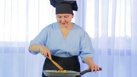 Женщина шевеля овощи зажаренные в лотке с цыпленком r акции видеоматериалы
