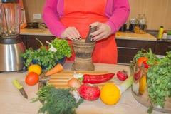 Женщина шеф-повара варя в кухне Кашевар женщины на кухне Стоковое Изображение