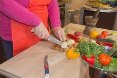 Женщина шеф-повара варя в кухне Кашевар женщины на кухне Стоковые Изображения