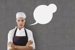 Женщина шеф-повара с пузырем речи против серой предпосылки Стоковые Изображения