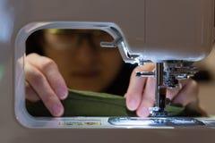 Женщина шить в темноте стоковое фото rf