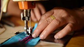 Женщина шить на машине в мастерской сток-видео