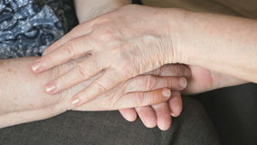 Женщина штрихует руку старой сморщенной женщины сток-видео