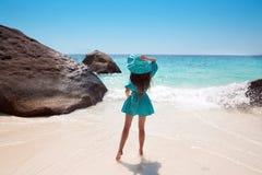 женщина шлема пляжа красивейшая Молодой наслаждаться женщины солнечный Стоковая Фотография