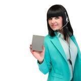 Женщина шлемофона от центра телефонного обслуживания стоя с шильдиком Стоковое Изображение