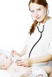 женщина экзаменов доктора младенца Стоковая Фотография