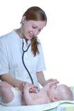 женщина экзаменов доктора младенца Стоковое Изображение RF