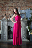 Женщина элегантности в длинном розовом платье В интерьере Стоковые Фото