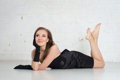 Женщина элегантности в черных перчатках и платье на свете Стоковые Изображения