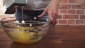 Женщина юркнуть яичка с смесителем в стеклянный шар, супер видео hd замедленного движения видеоматериал