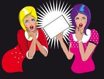 Женщина 2 людей говоря держит пробел Стоковое Фото