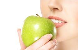 женщина яблока близкая есть свежая поднимающая вверх Стоковое Изображение