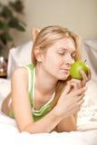 женщина яблока beautyful зеленая Стоковые Фото
