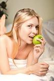 женщина яблока beautyful зеленая Стоковые Фотографии RF