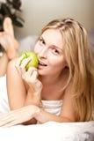 женщина яблока beautyful зеленая Стоковая Фотография RF