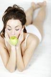 женщина яблока свежая Стоковые Фотографии RF