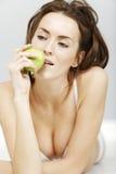 женщина яблока свежая Стоковое Изображение