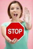 женщина движения дорожного знака удерживания Стоковое Фото