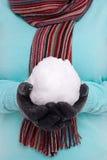 Женщина держа snowball. Стоковая Фотография