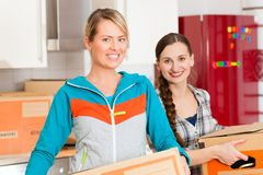 Женщина 2 с moving коробкой в ее доме Стоковые Изображения RF