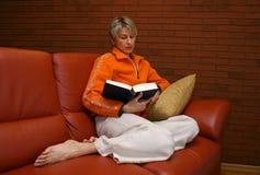 Женщина #3 чтения Стоковые Фото