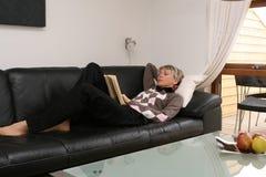 Женщина #3 чтения Стоковые Изображения RF