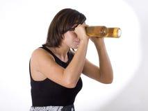 женщина 4 изумлённых взглядов пива Стоковые Фотографии RF