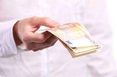 женщина 50 евро кредиток вручает удерживание Стоковое Фото