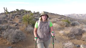 Женщина Active зрелая на следе в пустыне Мохаве, вид спереди видеоматериал