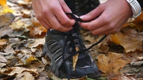 Женщина Active подходящая связывая ботинок в парке движение медленное видеоматериал