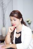 Женщина Asain думает крепко Стоковые Фото