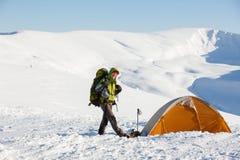 Женщина Backpacker представляя в горах Стоковое Фото