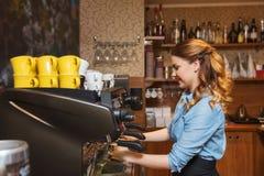 Женщина Barista делая кофе машиной на кафе стоковое фото rf