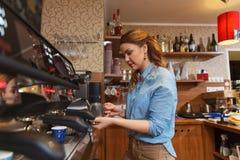 Женщина Barista делая кофе машиной на кафе стоковые изображения rf