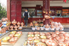 Женщина Bayi продавая серебряные баки Heqing известно для продукции artigianal серебряных инструментов Стоковая Фотография