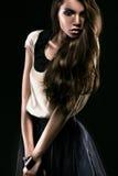 Женщина Beautyful стоя в темноте Стоковые Изображения