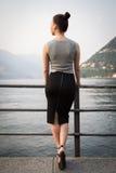 Женщина BYoung смотря озеро Стоковое Изображение