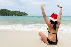 женщина claus santa пляжа Стоковая Фотография RF
