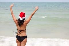 женщина claus santa пляжа Стоковое фото RF