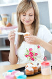 женщина cream пирожнй милая кладя Стоковые Фотографии RF